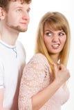 Kvinna som är ilsken på mannen som ber om ursäkt henne Royaltyfri Fotografi