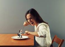 Kvinna som är klar att äta den lilla kvinnan Fotografering för Bildbyråer