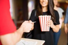 Kvinna som är klar att hålla ögonen på en film på teatern arkivbilder