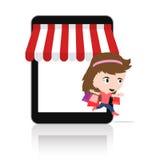 Kvinna som är lycklig att göra shopping via för mobil e-kommers för minnestavla begrepp on-line lager Arkivfoto