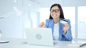 Kvinna som är upphetsad för online-shopping, betalning vid kreditkorten Royaltyfria Bilder