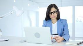 Kvinna som är upptagen i online-shopping, betalning vid kreditkorten Arkivfoton