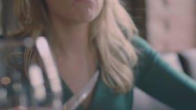 Kvinna som äter biff i restaurangultrarapid lager videofilmer