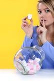 Kvinna som äter bonbons Royaltyfri Bild
