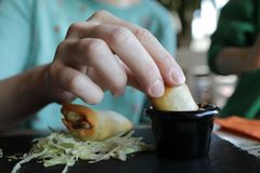 Kvinna som äter burritos royaltyfria foton