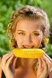 Kvinna som äter cornen-cob Arkivfoton