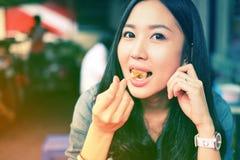 Kvinna som äter den kines ångade klimpen royaltyfria foton