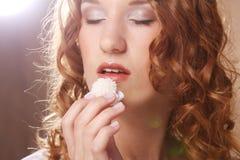Kvinna som äter den söta godisen Royaltyfri Bild