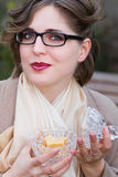 Kvinna som äter den söta godisen, kolakaramell Royaltyfri Fotografi