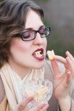 Kvinna som äter den söta godisen, kolakaramell Royaltyfria Bilder