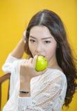 Kvinna som äter det gröna äpplet Royaltyfria Foton