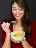 Kvinna som äter en fruktsallad royaltyfri fotografi