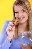 Kvinna som äter en kaka Royaltyfri Foto