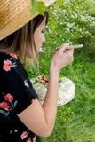 Kvinna som äter en kräm- paj på utomhus- arkivfoto