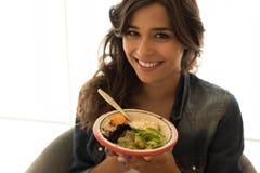 Kvinna som äter en sund bunke royaltyfria bilder