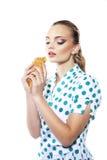 Kvinna som äter giffel Arkivbilder