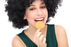 Kvinna som äter kakan Arkivfoto