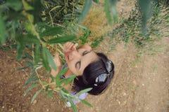 Kvinna som äter oliv Arkivfoton