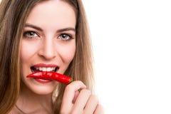 Kvinna som äter peppar royaltyfria bilder