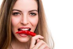 Kvinna som äter peppar arkivbild