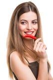 Kvinna som äter peppar royaltyfria foton