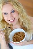 Kvinna som äter sädesslag royaltyfria foton