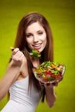 Kvinna som äter sallad Arkivbild