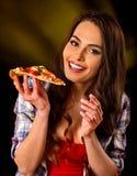 Kvinna som äter skivan av italiensk pizza Studenten konsumerar snabbmat Arkivbild