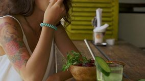 Kvinna som äter strikt vegetariansallad lager videofilmer