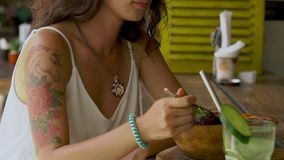 Kvinna som äter strikt vegetariansallad stock video