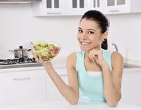 Kvinna som äter sund sallad fotografering för bildbyråer