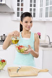Kvinna som äter sund sallad royaltyfria bilder