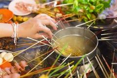 Kvinna som äter traditionell lok-lokgatamat från Asien royaltyfria foton