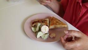Kvinna som äter upp sallad och sjukligt stekt matslut ?ta mat arkivfilmer