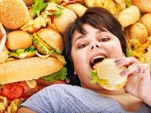 Kvinna som äter varmkorven. Arkivbilder