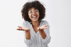 Kvinna som återberättar spännande berättelse med känslobetonade gester Snacksalig kvinna för hänförd och häpen afrikansk amerikan royaltyfria bilder