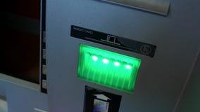Kvinna som återtar pengar och tar kontokortet på ATM-maskinen lager videofilmer