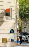 Kvinna som återtar pengar på Societe Generale ATM den automatiska kassören Arkivfoto