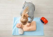 Kvinna som öva CPR på skyltdocka Arkivbilder