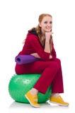 Kvinna som övar med schweizarebollen Arkivbild