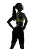 Kvinna som övar sikt för stående kontur för konditiongenomkörare bakre Arkivbild