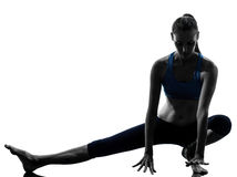 Kvinna som övar yoga som sträcker benuppvärmning arkivbilder