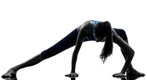Kvinna som övar yoga som sträcker benuppvärmningskonturn royaltyfri foto