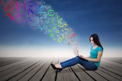 Kvinna som överför mejl med bärbara datorn Royaltyfria Foton