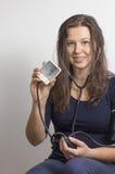 Kvinna som övervakar hennes eget blodtryck fotografering för bildbyråer