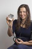 Kvinna som övervakar hennes eget blodtryck arkivbild