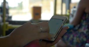 Kvinna som övervakar hennes geolocation på mobil stock video