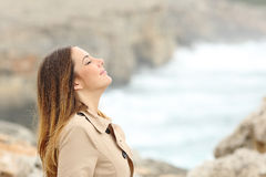 Kvinna som andas ny luft i vinter på stranden Royaltyfri Foto