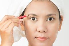 Kvinna som använder ögonbrynblyertspennan Royaltyfri Fotografi