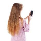 Kvinna som använder app på den isolerade smarta telefonen arkivfoto